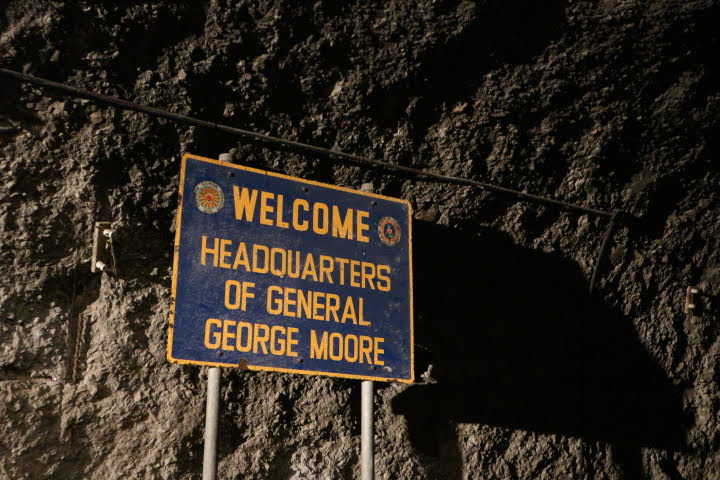 マリンタトンネル内ムーア将軍看板