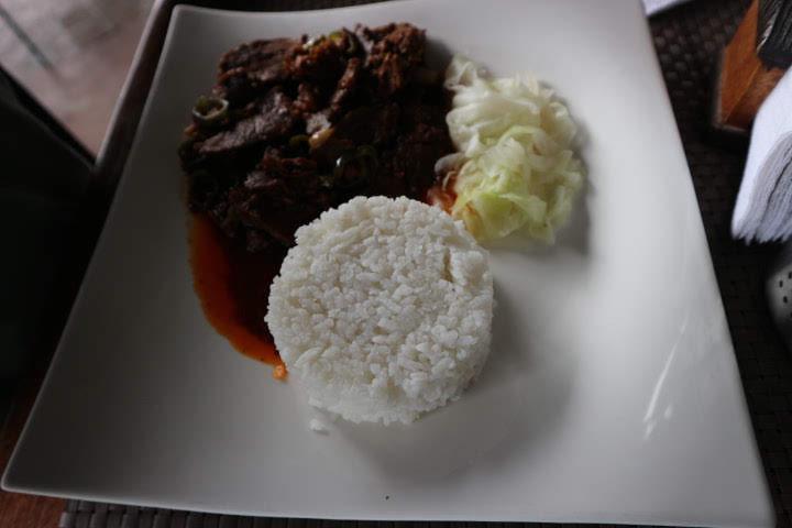 バナウェSanafeLodgeレストラン牛肉炒め