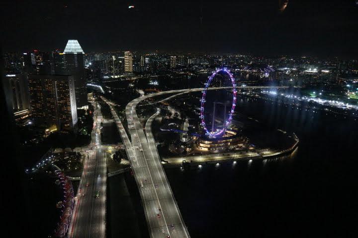 夕方のMarinaBaySandsからの夜景観覧車方面