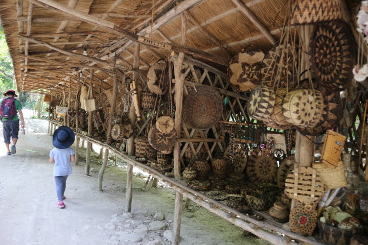 Talipanan村カゴ売り場