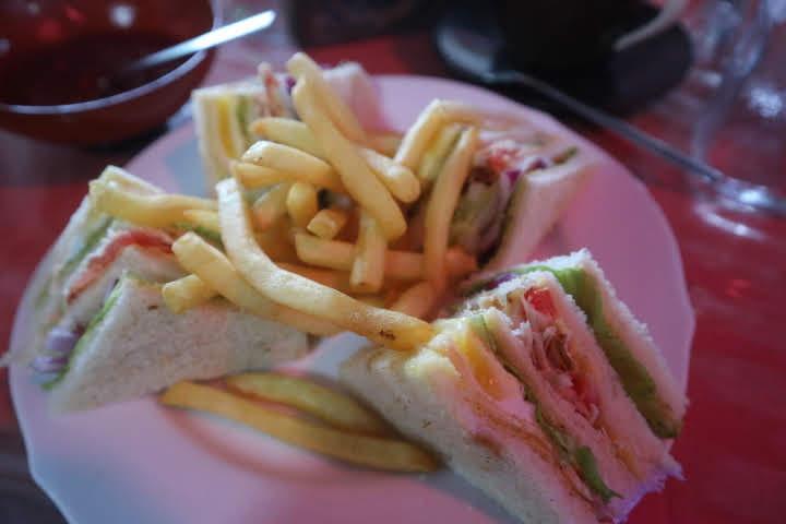 シギリヤでランチ、クラブサンドイッチ