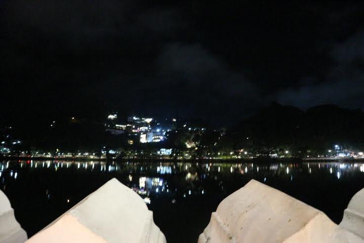 キャンディ湖眺め夜
