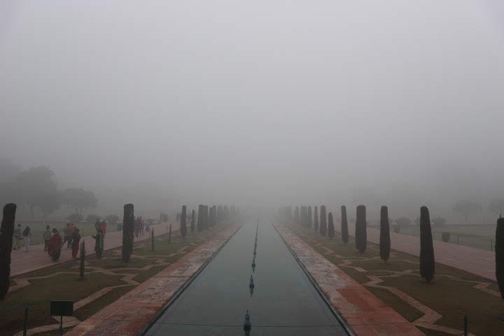 タージマハル霧で見えず。