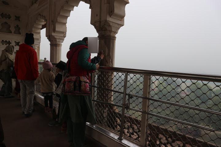 アグラ城からタージマハルを見る
