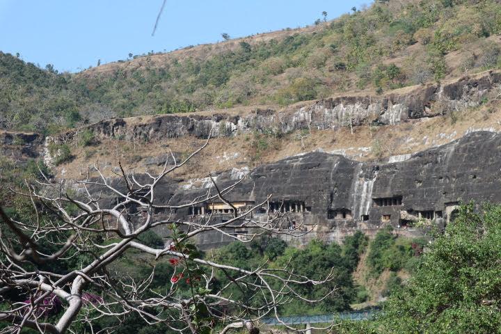 Ajanta遺跡入り口付近から全景